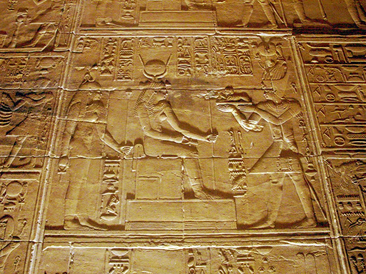 Ptolomeo II oferente ante Isis. Templo de File.